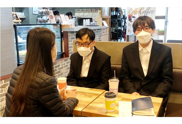 카페에서 면접을 진행하고 있는 훈련생