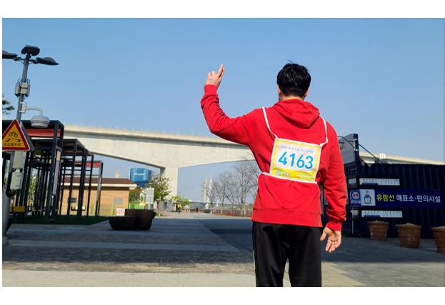 모두의 마라톤 인증하는 참가자의 뒷모습
