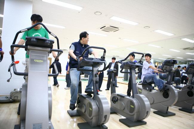 사이클링 기구에서 운동중인 모습